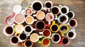 tante tazzine di caffè colorate viste dall'alto