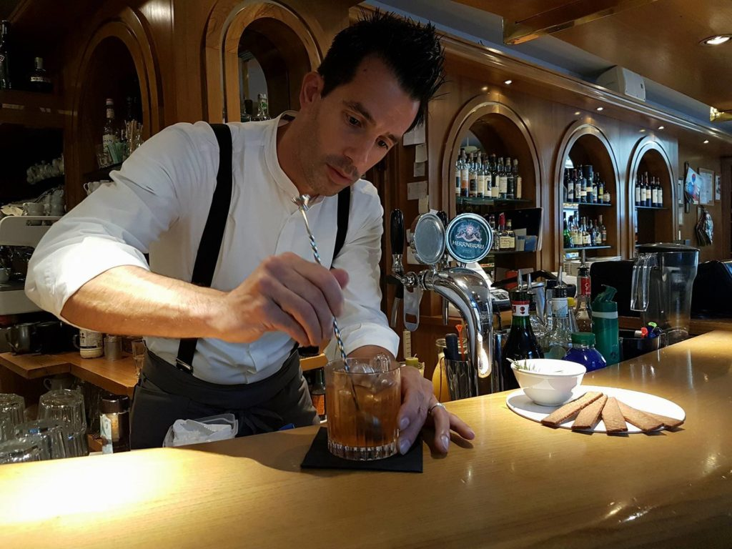 francesco iraci prepara un cocktail