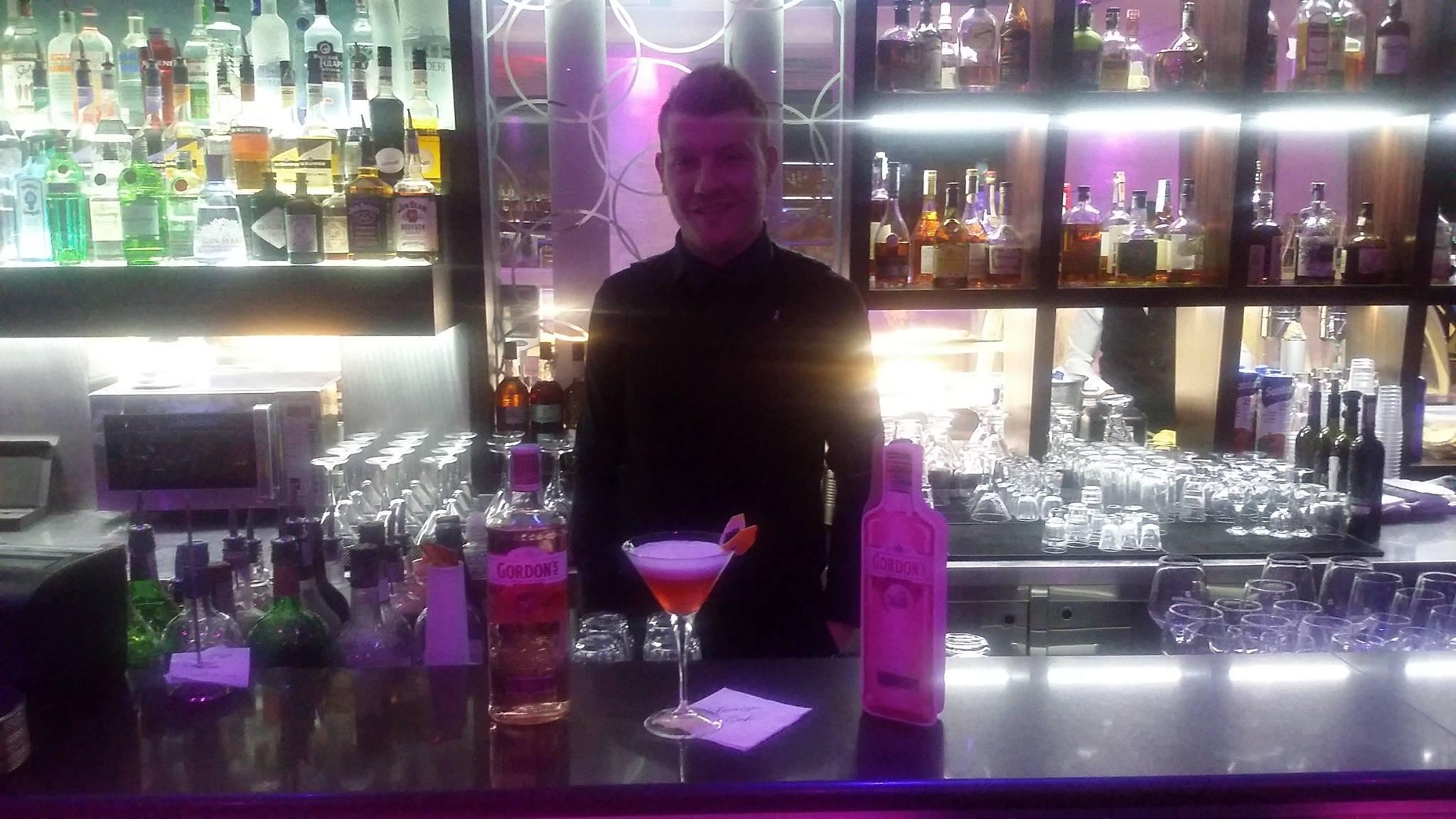 marcello del vecchio al bar davanti ad un cocktaill