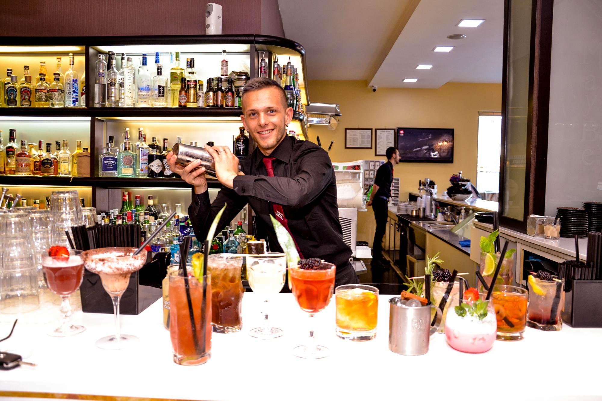 Bartender che agita lo shaker