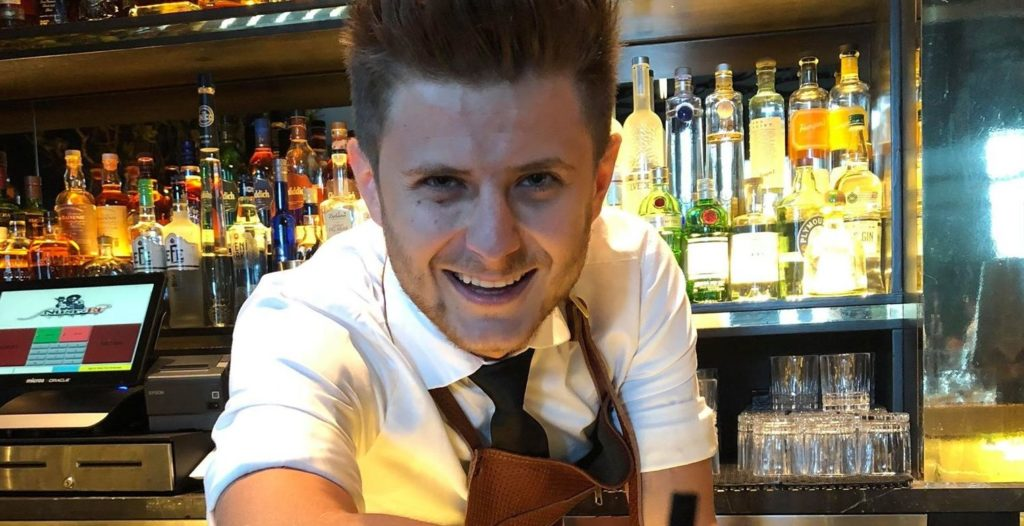 Andrei Ichim serve il suo cocktail