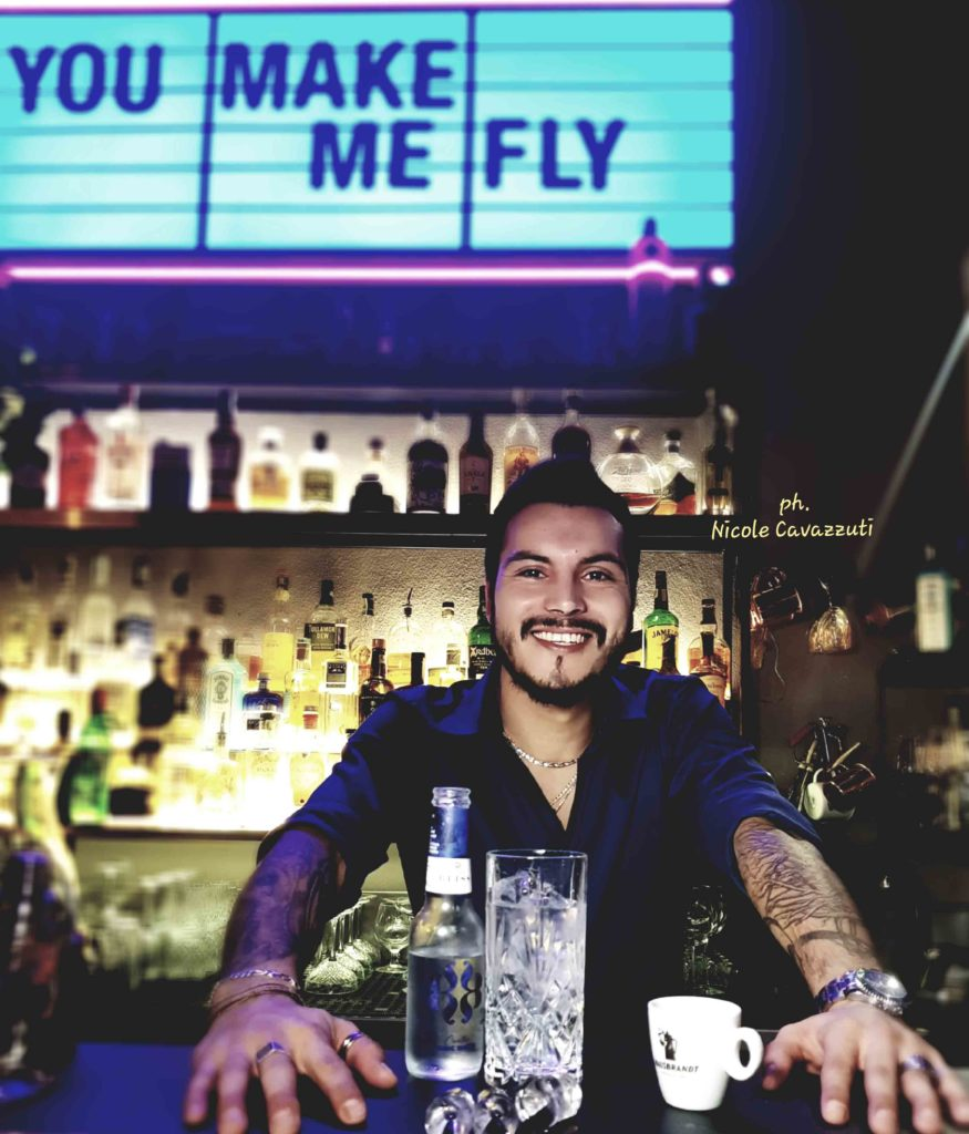 un barman al bancone del bar