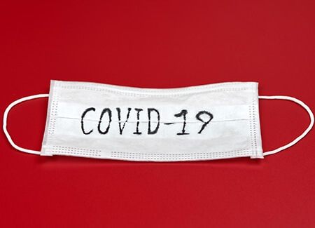 mascherina con scritta covid 19