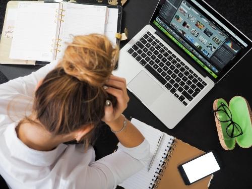 donna davanti al computer con stress da lavoro