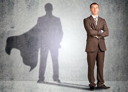 un uomo con le braccia incrociate in attesa del cambiamento