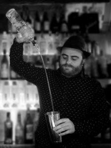 Bartender che prepara un cocktail