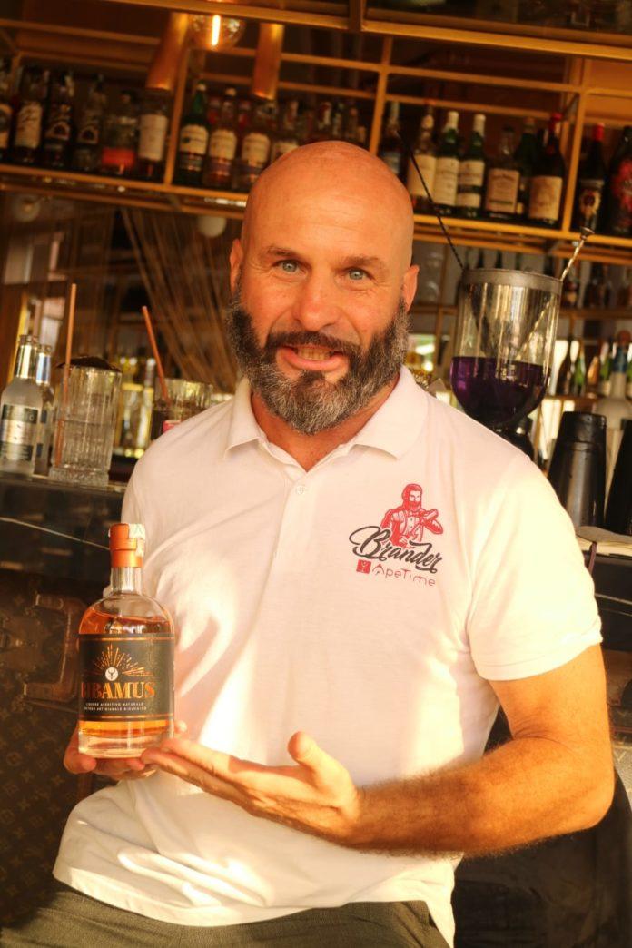 Luca Azzolina con bottiglia di Bibamus