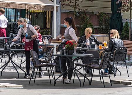 cameriere ai tavoli di un bar
