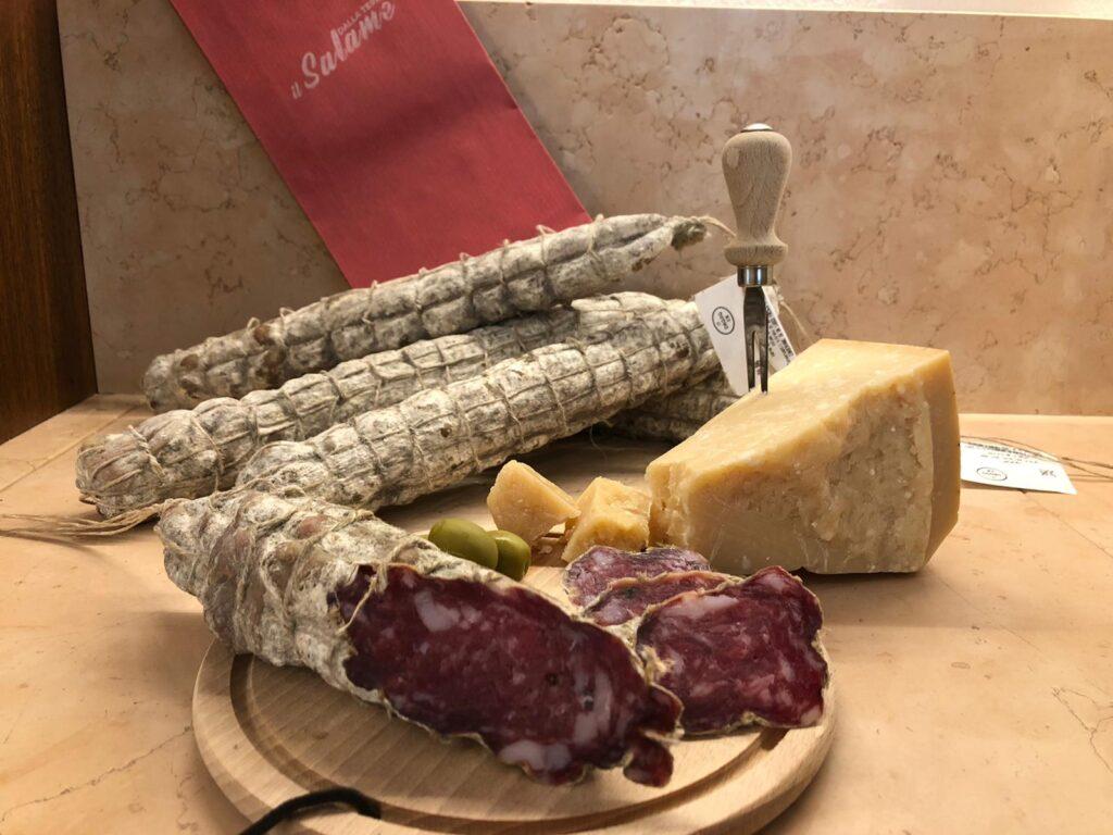 Tagliere con salame e formaggio