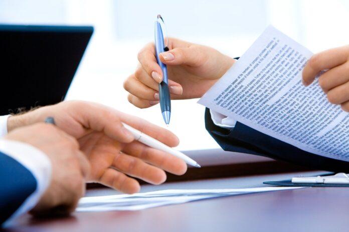lavoratore che compila documenti